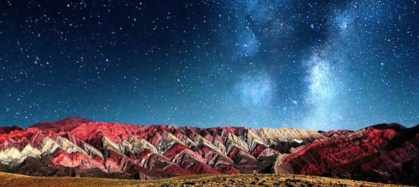 自然が生み出した奇跡。まるで絵画のように超カラフルな山