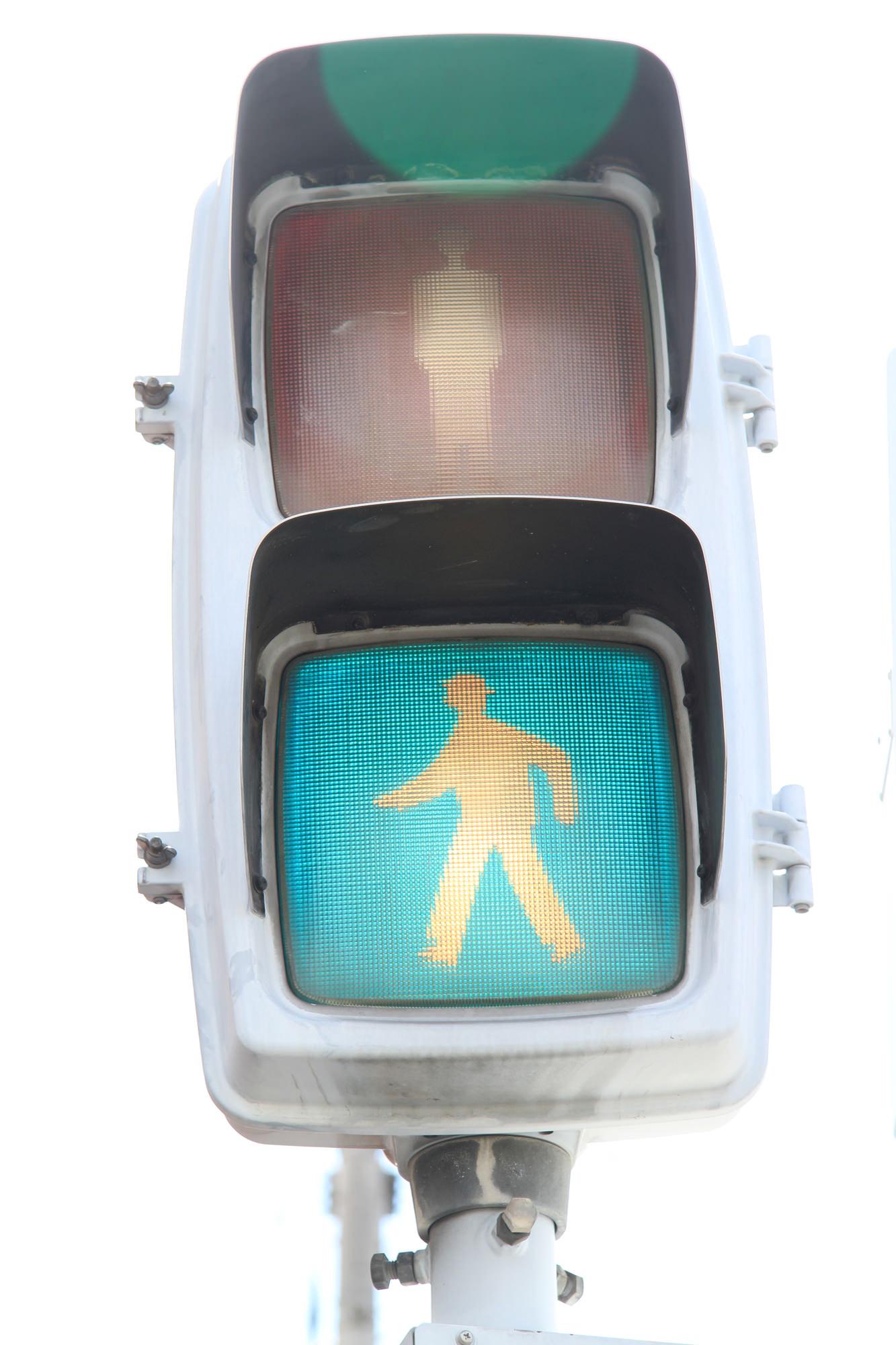 歩行者用の信号機は視覚障害者が方角の目印に使うために東西方向がカッコウ、南北がヒヨコの鳴き声になっている
