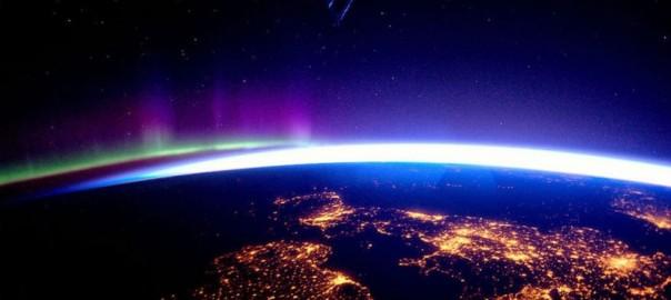 宇宙から地球を眺めてみると、やっぱりきれいだった