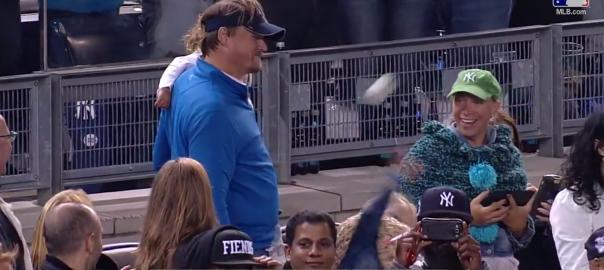 MLB選手のファールボールを脅威の肩力で二度も投げ返す女の子が世界で話題