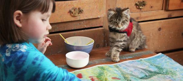 美しい絵を描く、5歳の女の子と猫の話