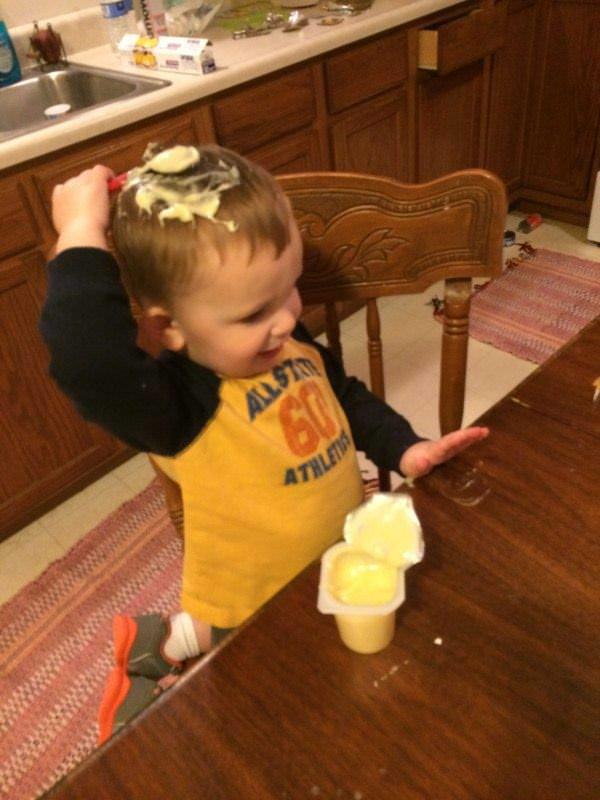 子供が食べ物で遊ぶ