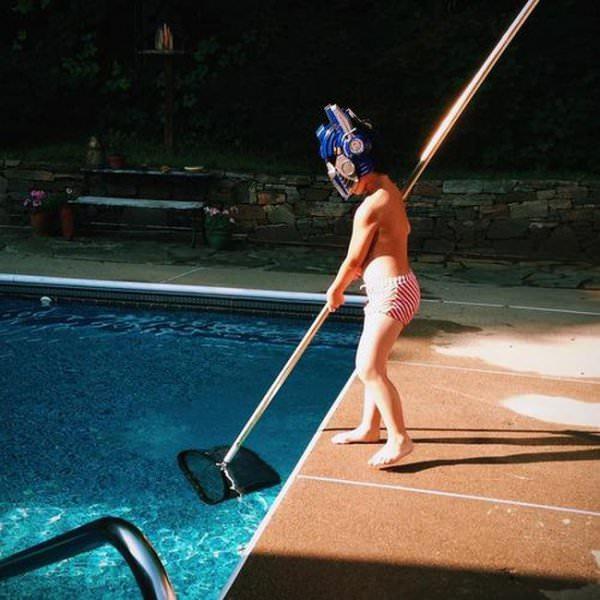 プールで網を使う少年