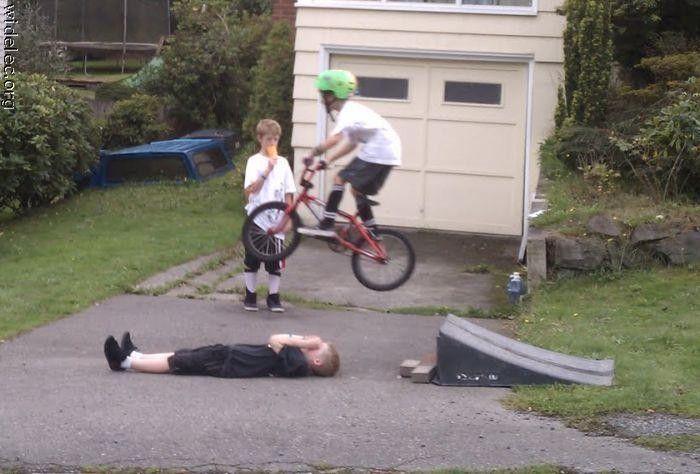 子供の自転車スタント