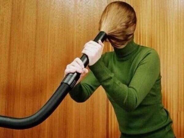 髪の毛を掃除機で吸う
