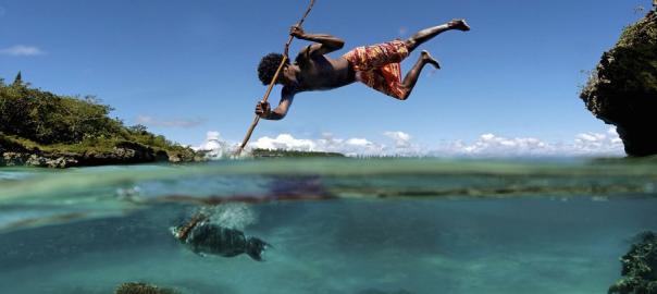 絶景の融合!水中と水上を1枚の写真に収めると美しさが2倍になった