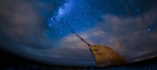 【美しさと切なさ】海辺にたたずむ朽ち果てた船たち15選