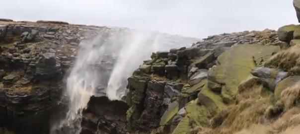 絶対に流れたい滝 VS 絶対に飛ばしたい風(0:48)