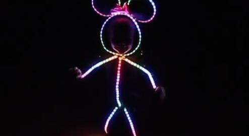 今年のハロウィンでやってみたい!LEDコスチュームを着た女の子が可愛い(2:02)