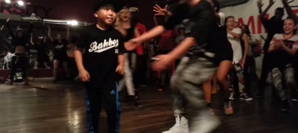 本日の主役は彼!大勢のダンサーたちを前で貫禄たっぷりで踊る8歳の少年
