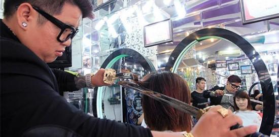 海外でサムライ発見!日本刀でヘアカットしちゃう美容師