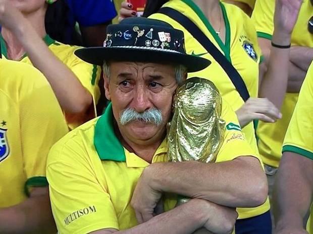 ブラジルワールドカップでトロフィーを抱えるおじいさん