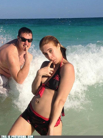 bikini-photobomb-finger-douche-1