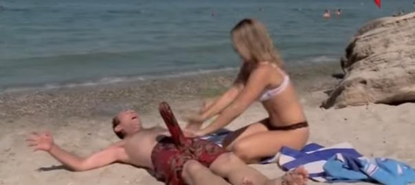 美女に仕掛けるドッキリ。砂浜に打ち上げられた男性の「何か」がおかしい(1:47)