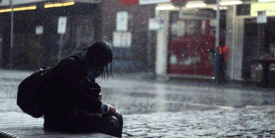 雨にぬれる人