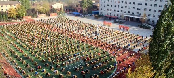 運動場で実施!1,200人で一斉にテストを受けさせる中国の学校