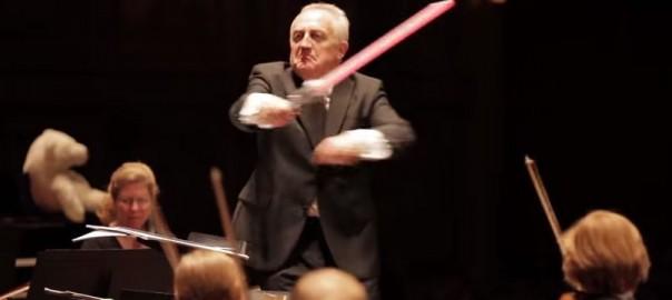 「スターウォーズ」の演奏中、ライトセーバーを振り回しダークサイドに落ちた指揮者