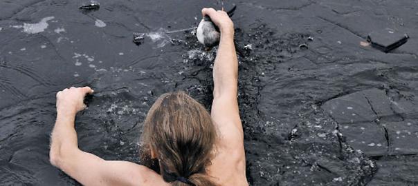 氷の張った湖に飛び込んでアヒルを助けた男性