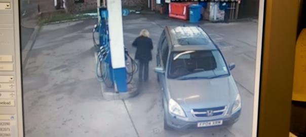 【ガソリンスタンドの謎】給油キャップが永遠に見つからない女性(00:57)