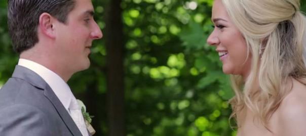 ウエディングドレス姿の花嫁を初めて見た花婿のリアクションにもらい泣き(1:16)