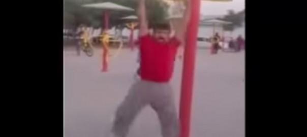 速すぎて見えないレベル!公園で超高速回転するおじさん(0:56)