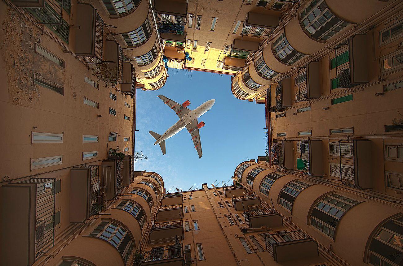 ビルの間に見える飛行機