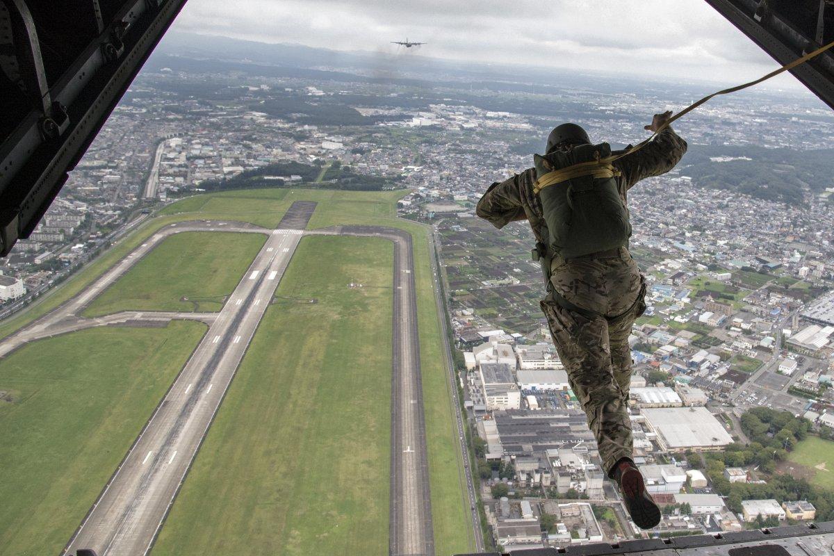 飛び降りる兵士