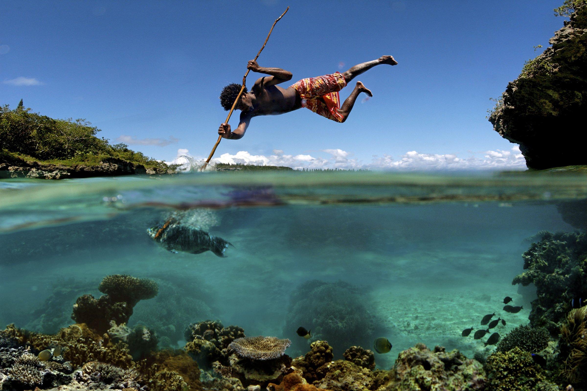 銛で魚を突く漁師