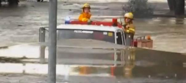 世界よ、これが日本車だ!水没した道を突き進む消防車に喝采(1:00)