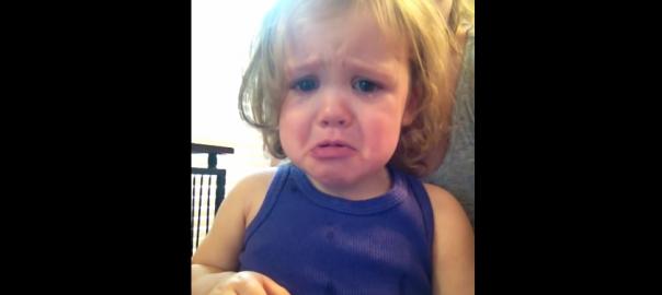 両親の結婚式に思わず感動!2歳の女の子の涙が止まらない(1:04)