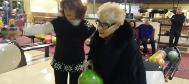84歳のおばあちゃんがボウリングに初挑戦。その結果は…?(0:40)