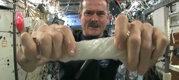 宇宙でゾウキンを絞ったらどうなるの?宇宙飛行士がやってみた(1:40)