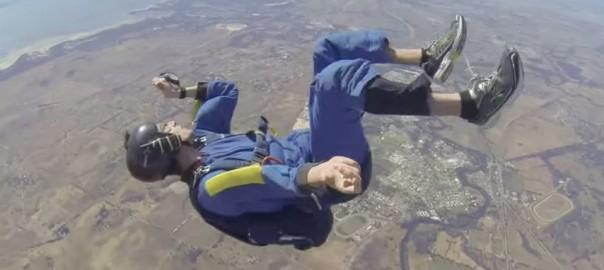 九死に一生!スカイダイビング中に気を失った男性を助けるインストラクター(2:00)