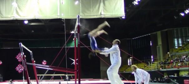 あわや大惨事!?頭から落下した体操選手を受け止める敏腕コーチ(1:12)