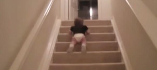 【衝撃】赤ちゃんの階段の降り方が予想外過ぎる(0:26)