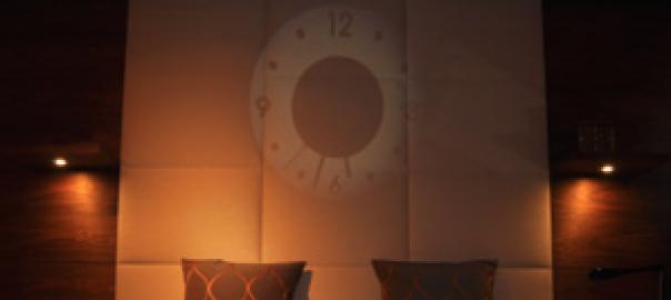 壁に映し出されるミステリアスな時計 ~ビーマーフロスト~