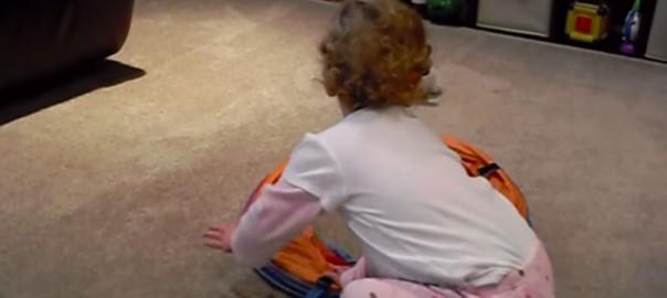 【衝撃映像】赤ちゃんが謎の物体に食べられてしまう瞬間(0:41)