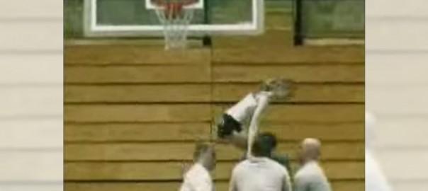 【シュートをねらえ】バスケットゴールを使った大技に全員驚愕 (0:28)