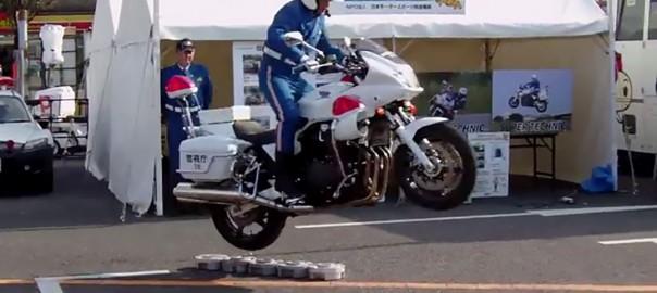 【秘技】300kgもあるバイクで軽々ジャンプする白バイ警官 (1:28)