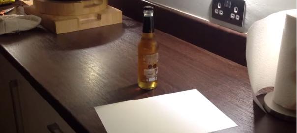 コレは試したい!紙1枚でビール瓶のフタを開ける方法 (0:27)