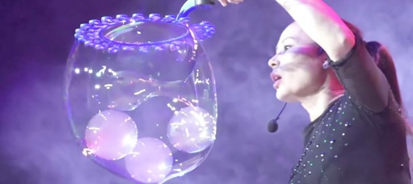 一度見たら忘れられない!世界最高のシャボン玉ショーに魅了される (2:46)