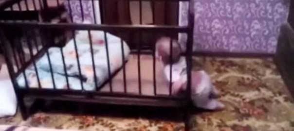 すべては計算通り!赤ちゃんが行ったベッドからの脱出方法にあっと驚く (0:36)