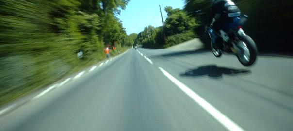 最高時速320km!? 世界一危険なレースを走るライダーの目線にビビる
