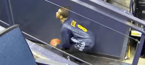 【奇跡】バスケットコートの端から、後ろ向きに放ったミラクルシュート