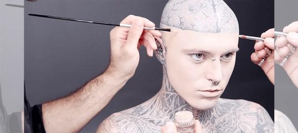 コレは見違える!全身タトゥーの男性がファンデーションを塗るたくると・・・