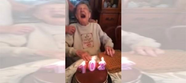 【爆笑アクシデント】102歳のおばあちゃんがろうそくを消そうとした瞬間、○○が吹っ飛んだ?!