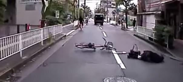 自転車に乗った女性が転倒!大阪の救出劇に心温まる
