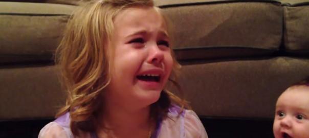 「赤ちゃんのままでいてよ~!」弟が成長することを知り、大号泣する5歳のお姉ちゃん