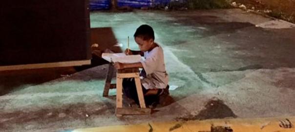 今日あなたは言い訳をしましたか?「路上で勉強する少年」に世界の心が動いた