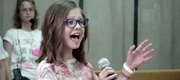 11歳のビヨンセ!メガネの少女が披露した迫力ある歌声に鳥肌